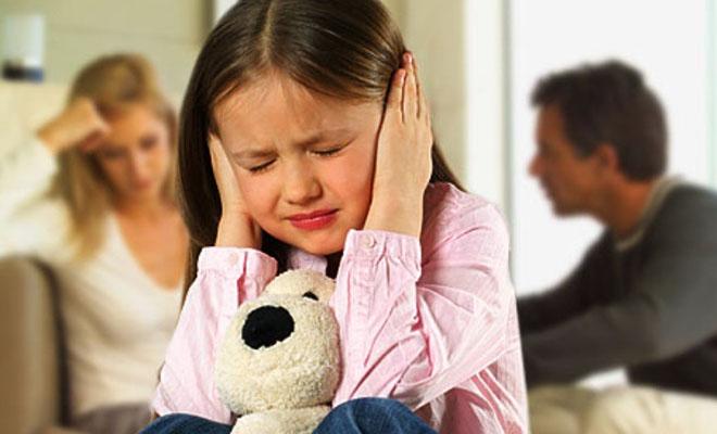 девочка и ссорящиеся родители