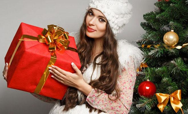 девушка с подарком на новый год