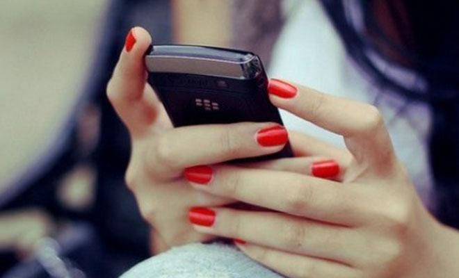 женские руки держат телефон