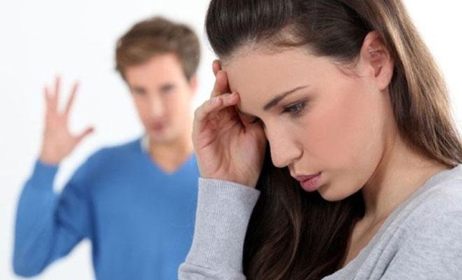 девушка закрывается от раздраженного мужчины