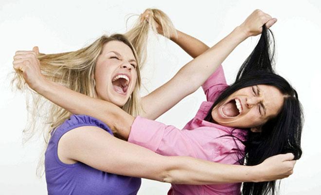 драка двух девушек