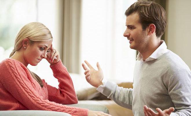 мужчина эмоционально разговаривает с женщиной