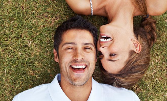 мужчина и женщина лежат на траве