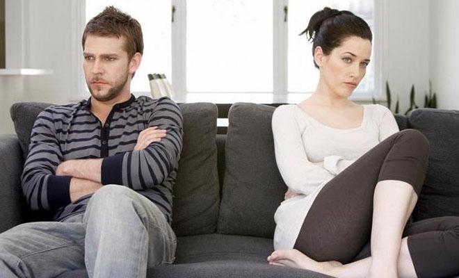 мужчина и женщина на диване в ссоре
