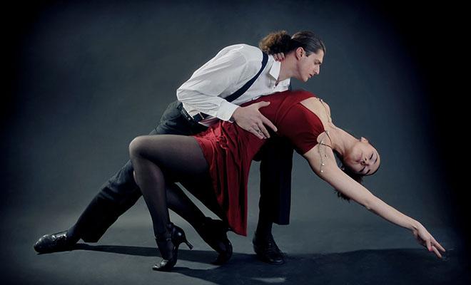 мужчина и женщина танцуют танго
