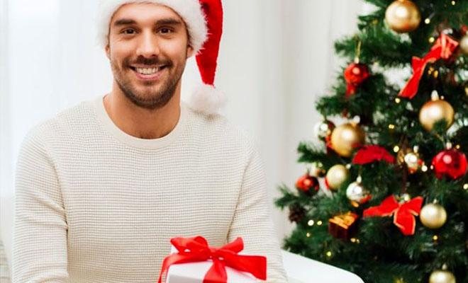 мужчина с новогодним подарком