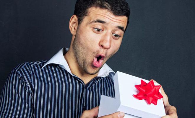 мужчина удивляется подарку