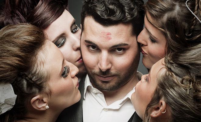 мужчина в окружении красивых женщин