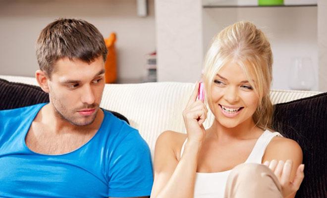 парень ревнует девушку с телефоном