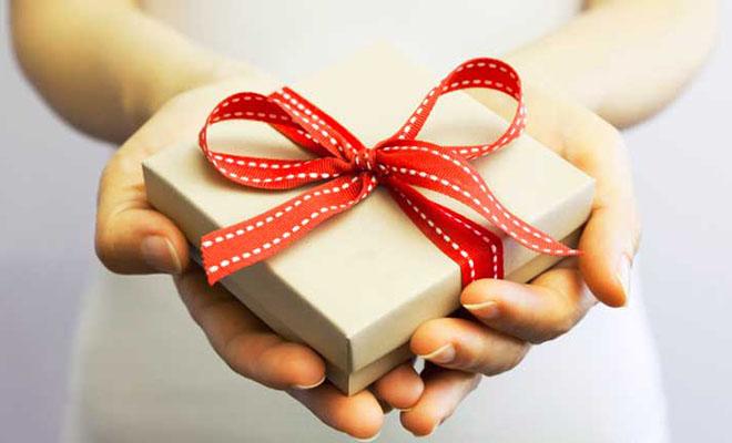 подарочная упаковка в женских руках