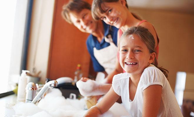 семья вместе моет посуду