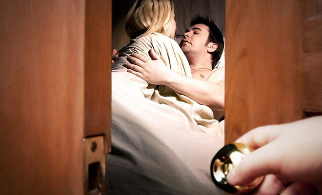 жена видит мужа с другой в постели