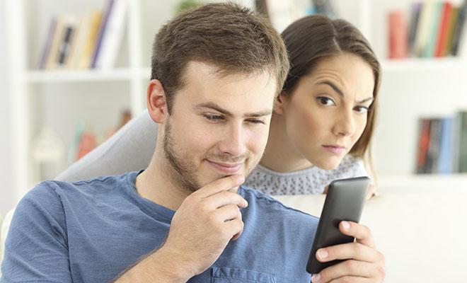 женщина читает переписку мужа из-за плеча