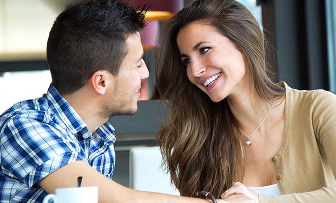 женщина флиртует с мужчиной во время разговора