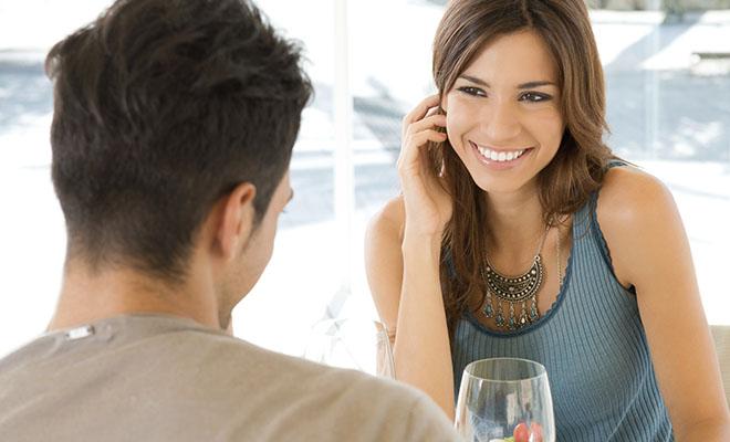 женщина флиртует с мужчиной