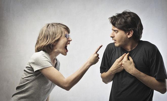 женщина истеричка кричит на мужчину
