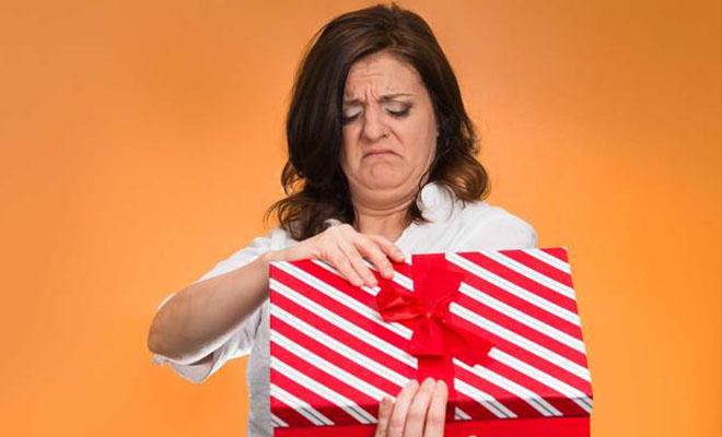 женщина недовольна подарком
