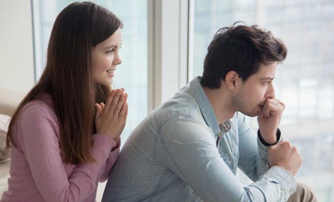 женщина просит прощение у мужчины