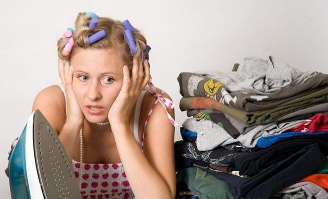 женщина устала гладить вещи