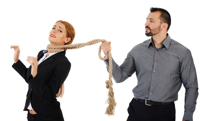 мужчина держит за веревку женщину