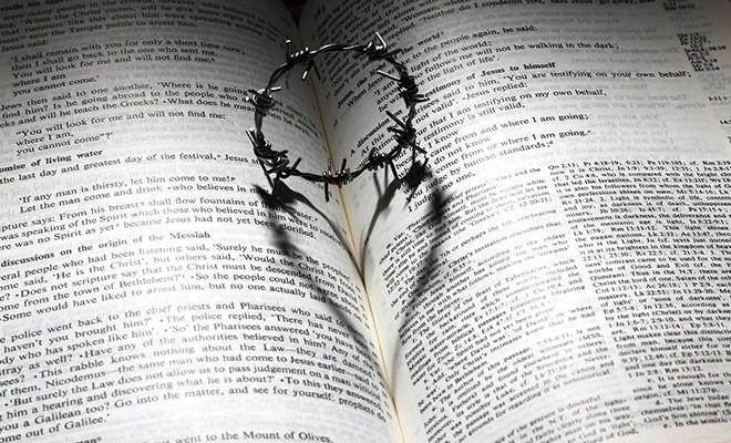 колючее кольцо сердце на библии