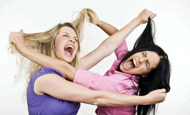 две девушки дерутся