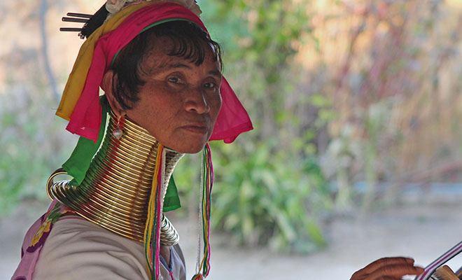 женщина с кольцами на шеи