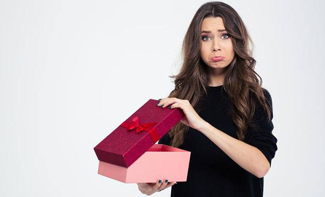 девушка недовольна подарком
