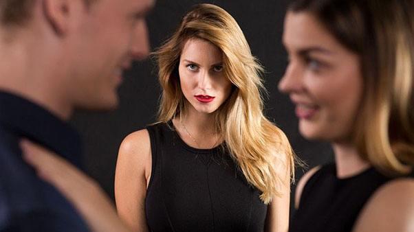 девушка смотрит на чужого мужа