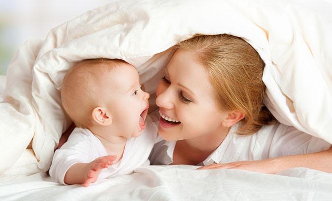 мама с ребенком в постели
