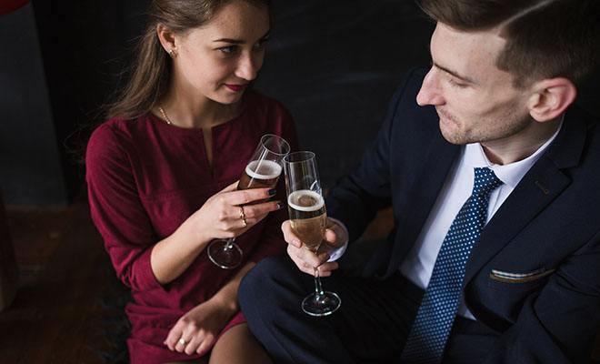 мужчина и женщина пьют шампанское