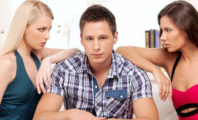 мужчина между двух девушек