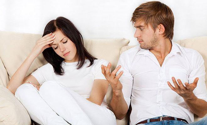 мужчина недоумевает в разговоре с девушкой
