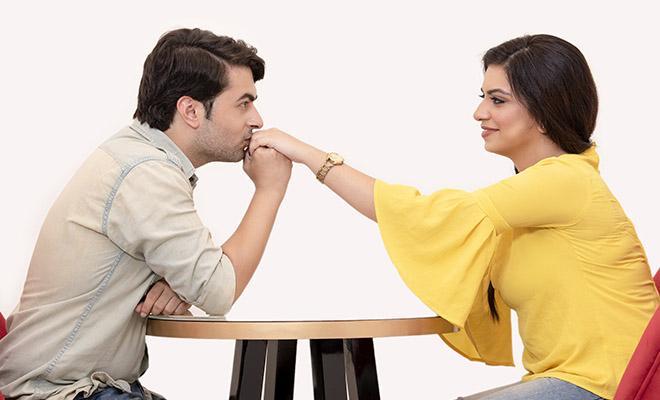 мужчина целует руку девушке