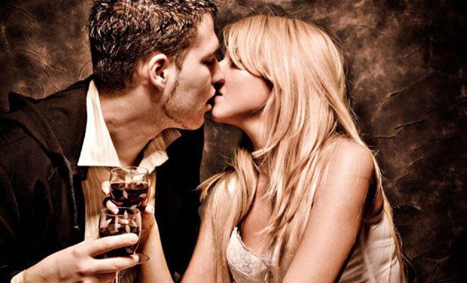 пьяные мужчина и женщина целуются