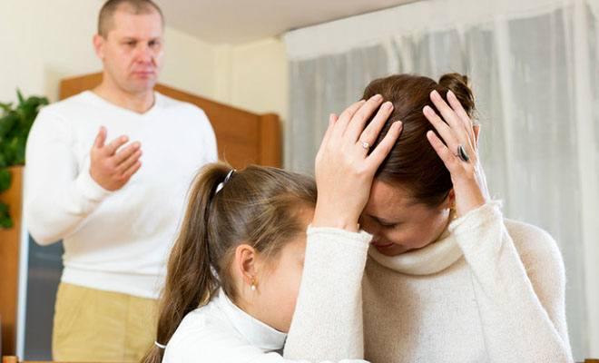 ребенок с ругающимися родителями