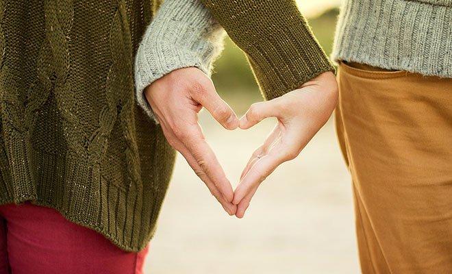 руки влюбоенной пары