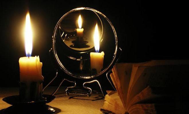 свеча с отражением в зеркале
