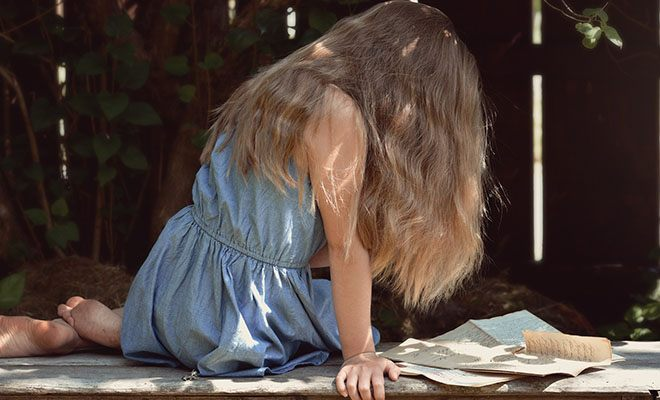 девушка читает письма