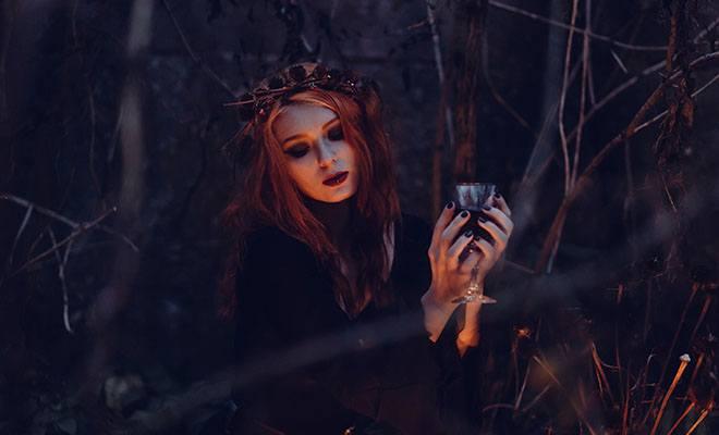 девушка с бокалом в лесу