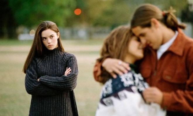 девушка с завистью смотрит на пару
