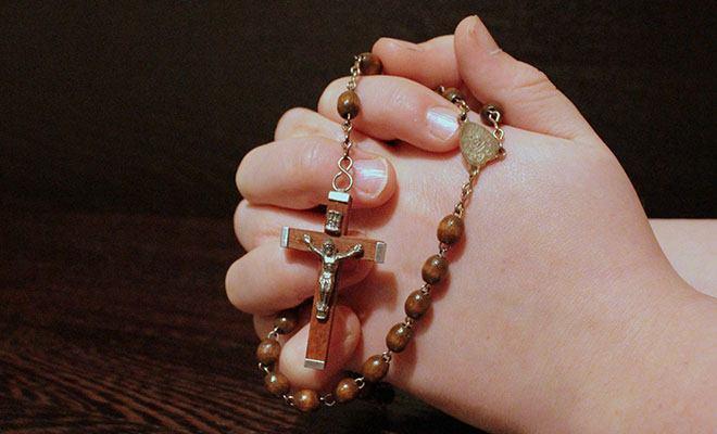 крестик в руках с четками