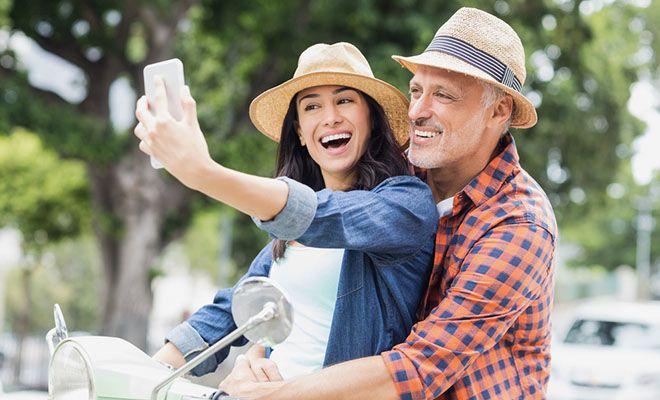 мужчина и девушка на мотоцикле