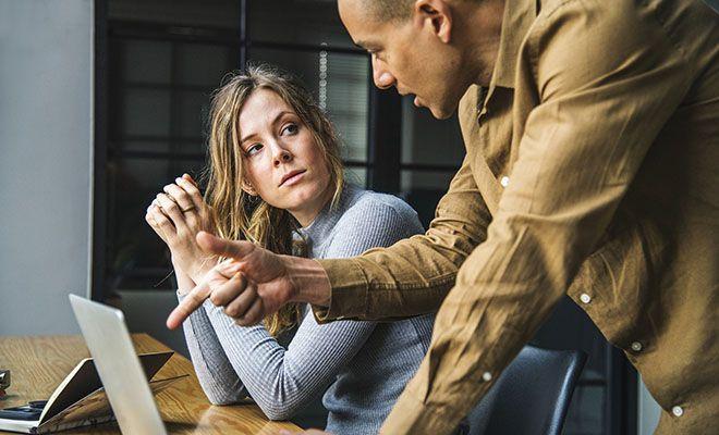 мужчина и женщина говорят за ноутбуком