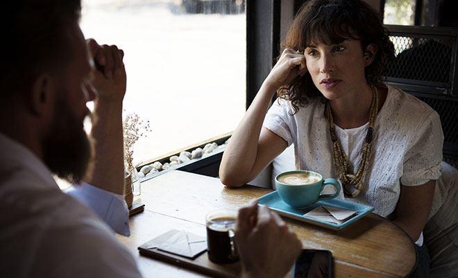пара разговаривает за столом
