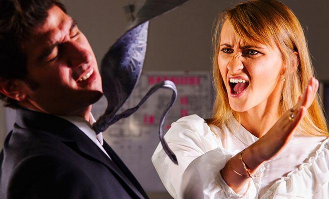 женщина дает пощечину мужчине