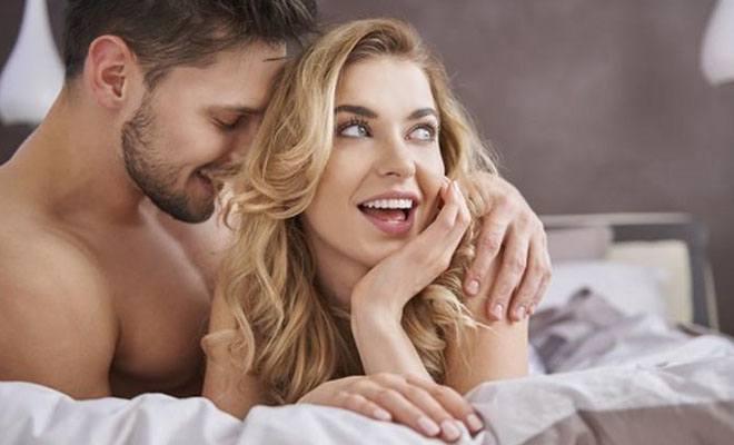 женщина с любовником в постели