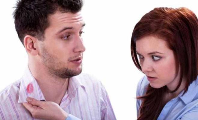 женщина заметила помаду на рубашке мужчины