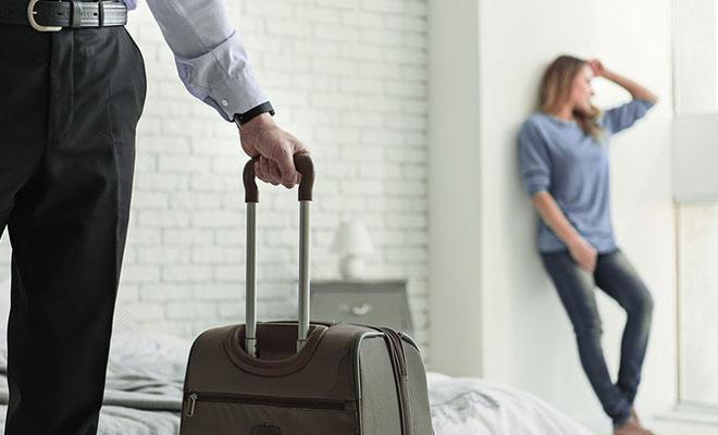 девушка и мужчина с чемоданом