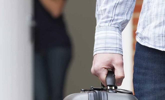 мужчина с чемоданом и женщиной на фоне